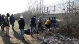 Migranti na grécko-tureckých hraniciach.