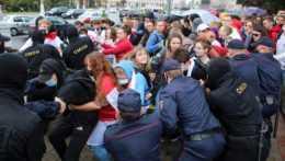 """V Minsku pokračujú protesty, obyvatelia tvoria """"reťaze solidarity"""""""