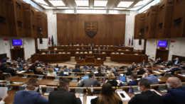 Schválili novelu zákona o COVID preukazoch, plošné zatváranie sa už nezopakuje