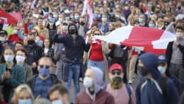 Demonštrácie v Bielorusku neutíchajú, prišlo vyše 100 000 ľudí