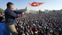 Protivládni demonštranti oslobodili bývalého prezidenta Kirgizska