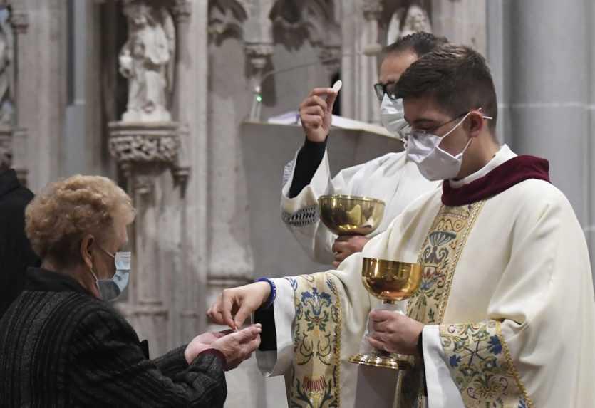 Minister Krajniak hovorí o otváraní kostolov, odborníci pred takýmto krokom varujú