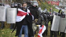 Protesty v Bielorusku opäť sprevádzalo zatýkanie, v putách skončilo viac ako 1 000 ľudí