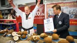 Nemec rozdrvil päsťou 130 kokosových orechov za minútu