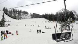 Svahy v Tatrách sú napriek lockdownu plné sánkarov či skialpinistov