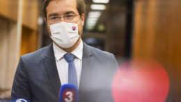 Neuvážené personálne výmeny nepomôžu, reaguje Krajčí na výzvy na odstúpenie