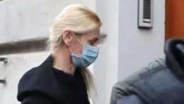 Na snímke obvinenú bývalú štátnu tajomníčku ministerstva spravodlivosti SR Moniku Jankovskú privádzajú na Špecializovaný trestný súd (ŠTS) 22. januára 2021 v Banskej Bystrici.