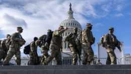 Príslušníci Národnej gardy prišli strážiť Kapitol, najskôr ich preverí FBI