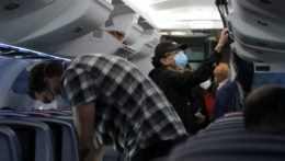 V lietadlách aj v taxíkoch. Američania budú musieť povinne nosiť rúška vo verejnej doprave