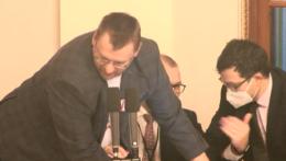 Českí poslanci prišli do parlamentu bez rúšok, následne došlo k bitke pri pulte