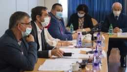 Pandemická komisia bude môcť hlasovať aj online