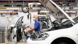 Automobilovému priemyslu chýbajú čipy, VW už v Nemecku obmedzil výrobu