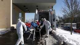 Česká vláda vyhlásila pracovnú povinnosť pre lekárov a zdravotníkov z ambulancií