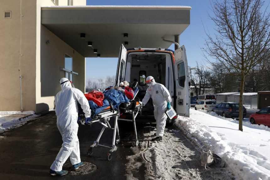 V nemocniciach je najviac pacientov od začiatku pandémie. Vo Zvolene pomáhajú aj vojaci