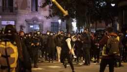 V Španielsku pokračovali násilné protesty proti uväzneniu kontroverzného rapera