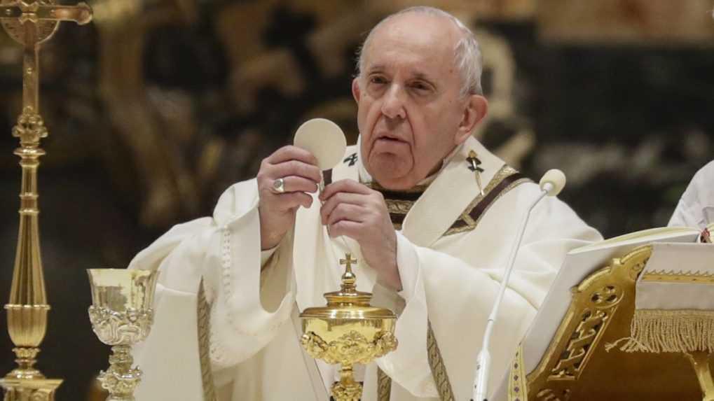 Na podujatiach s pápežom sa  budú môcť napokon zúčastniť aj nezaočkovaní