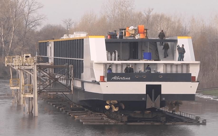 Po takmer 50 rokoch spustili v Komárne na vodu prvú veľkú osobnú loď