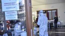 Na ilustračnej snímke druhé kolo skríningového testovania na koronavírus v Bratislave.