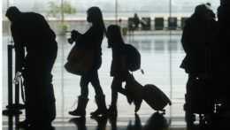 Cestujúci kráčajú cez halu medzinárodného letiska v americkom meste Salt Lake City, USA.