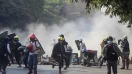 "Mjanmarsko má za sebou ""najkrvavejší deň"" protestov proti vojenskému prevratu"