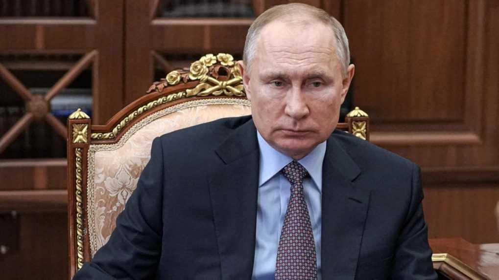 Putin nastupuje do karantény. V jeho okolí sa objavil koronavírus