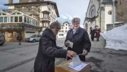 Švajčiari budú o vládnych opatreniach proti covidu hlasovať v referende