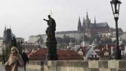 Žena na Karlovom moste v Prahe.
