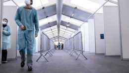 Počet hospitalizovaných pacientov klesol o 148, pribudlo 95 úmrtí na COVID-19