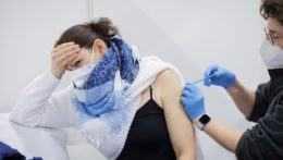 Očkovaní musia za druhou dávkou cestovať. ZMOS volá po lepšej logistike