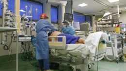 COVID-19 si vyžiadal ďalších 80 úmrtí, počet pacientov vnemocniciach opäť klesol
