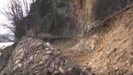 Na frekventovanej ceste pri Banskej Bystrici hrozí ďalší zosuv skál