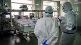 COVID-19 si vyžiadal ďalších 64 úmrtí, počet pacientov vnemocniciach mierne stúpol