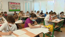 Žiaci na základných školách by v triedach nemuseli nosiť rúška