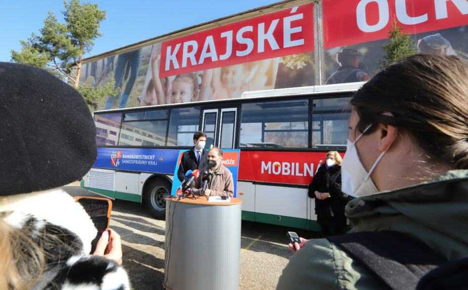 Banskobystrický kraj predstavil očkovací autobus. Má zrýchliť vakcináciu seniorov