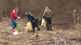 K brehom Liptovskej Mary sa vrátili dobrovoľníci – pozbierali odpadky
