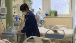 Pacientov v nemocniciach ubúda, niektorí sa však po prekonaní covidu vracajú