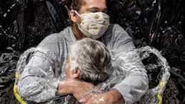 Novinárskou fotografiou roka sa stalo objatie cez plastovú fóliu