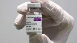 Na očkovacie miesta prichádzajú po 10 týždňoch aj ľudia bez pozvánky, v centrách vzniká chaos