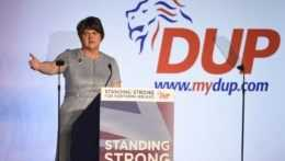 Severoírska premiérka ohlásila odstúpenie po vzbure vo vlastnej strane