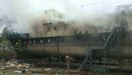 Hasiči zasahujú pri požiari starej lode v Bratislave