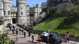 Britská kráľovská rodina sa na Windsorskom hrade rozlúčila s princom Philipom