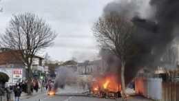 Zapálené autá, útoky na políciu. Severné Írsko ovládli násilné demonštrácie