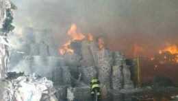 V Harmanci horela skladová hala, zasahovali desiatky hasičov