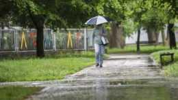 Zrážky na západe Slovenska postupne ubúdajú, hladiny riek ešte budú stúpať