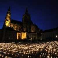 Pražský hrad ožiarili tisíce sviečok. Zeman si uctil obete koronavírusu