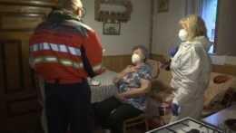 Vakcína až do obývačky. Mobilné jednotky v Banskobystrickom kraji chodia k záujemcom domov