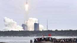 Trosky čínskej rakety dopadli do Indického oceána. Obývanú oblasť nezasiahli