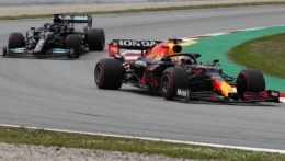 Hamilton a Verstappen sa opäť pobili oprvú priečku, triumfoval Brit