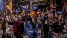 Koniec núdzového stavu oslávili v uliciach tisíce Španielov, vláda čelí kritike