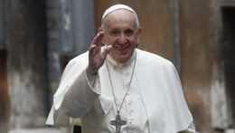 Zámer uvoľnenia patentov na vakcíny proti covidu podporil aj pápež František